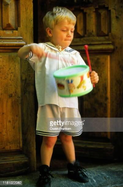 little boy playing on a drum - image photos et images de collection