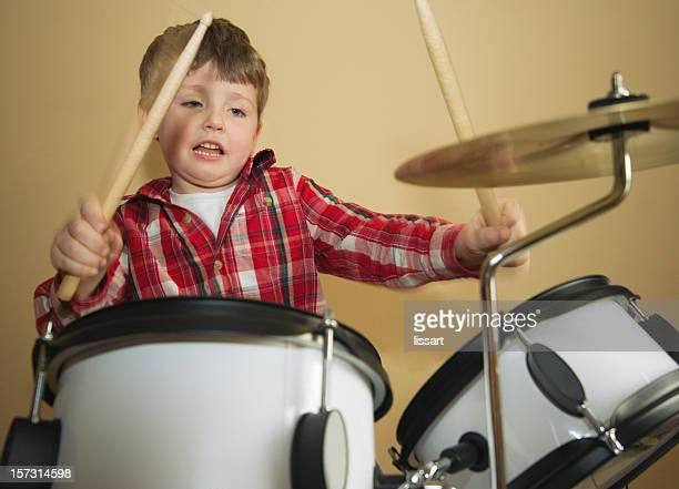 little drummer boy - pizzicare le corde di uno strumento foto e immagini stock