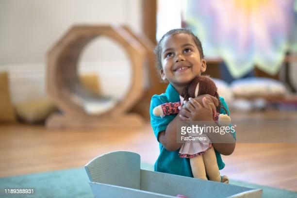 彼女の人形のストック写真でふりを遊ぶ小さな男の子 - 人形 ストックフォトと画像