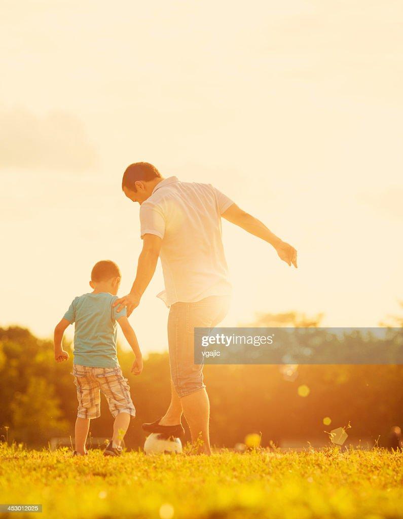 Petit garçon jouant au Soccer avec le père en plein air. : Photo