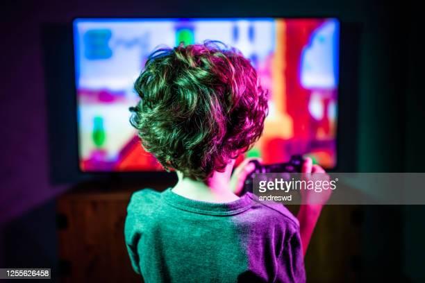 weinig jongen die videospel speelt - sportwedstrijd stockfoto's en -beelden