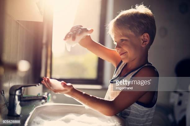 Kleine jongen spelen met zeep schuim