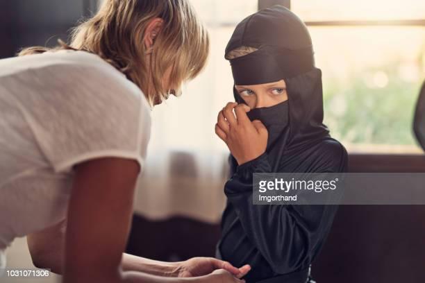 niño, preparándose para halloween - ninja fotografías e imágenes de stock