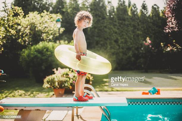 little boy ready to jump into de pool - competition group stock pictures, royalty-free photos & images