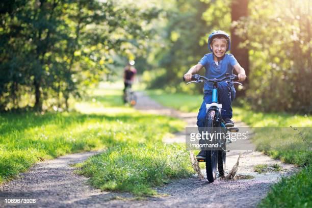 bicicleta de niño montar a caballo por poza - 8 9 años fotografías e imágenes de stock