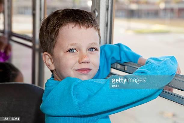 Little boy riding autobús de colegio