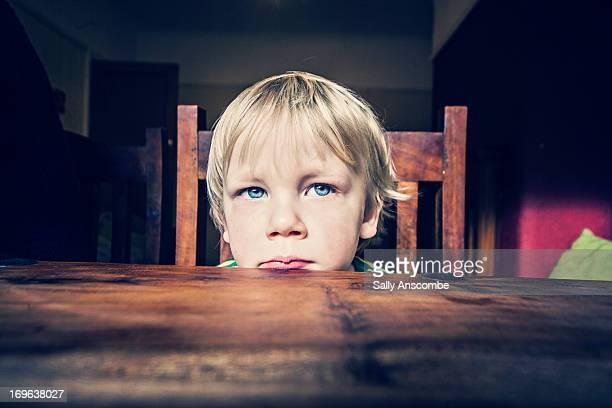 little boy sat at the table - menino loiro olhos azuis imagens e fotografias de stock