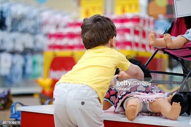 little boy shopper in supermarket - pop stockfoto's en -beelden