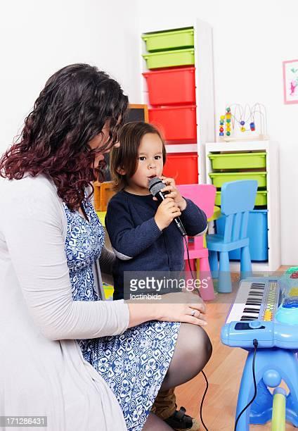 Petit garçon chanter tandis que son Carer a de l'allure