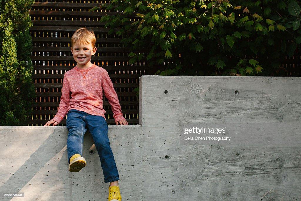 Little boy sitting outside : Foto de stock