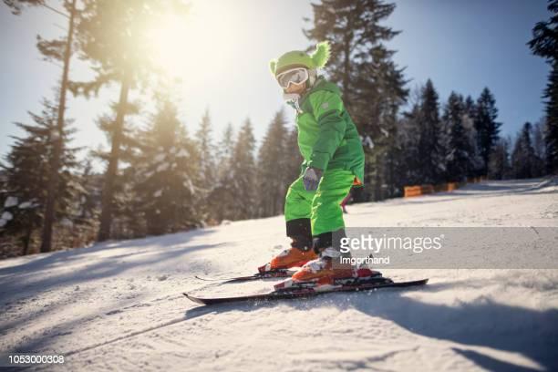 garotinho, esquiar em um dia ensolarado de inverno - ski holiday - fotografias e filmes do acervo
