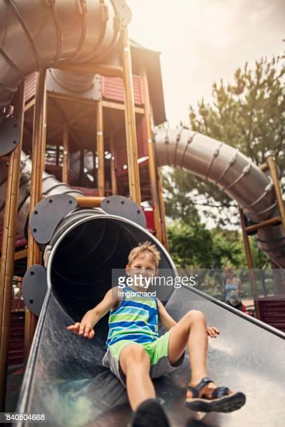 Kleine Junge Schlinge in großen modernen Spielplatz