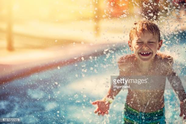 menino espirrou no parque aquático - piscina - fotografias e filmes do acervo