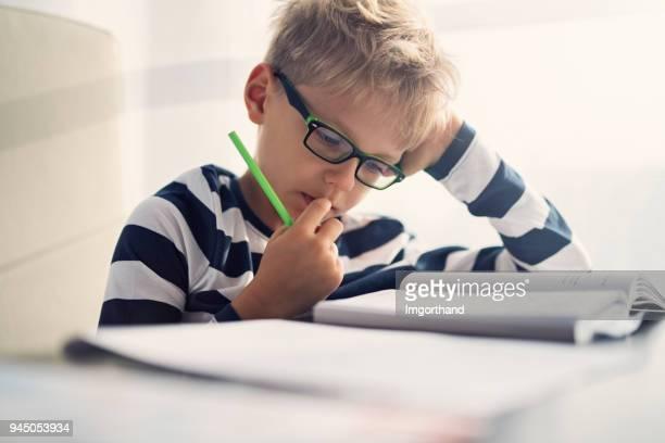 little boy estudiando - 8 9 años fotografías e imágenes de stock