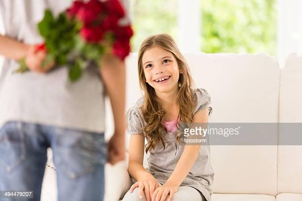 Kleine Junge überraschend seine Schwester mit roten Rosen
