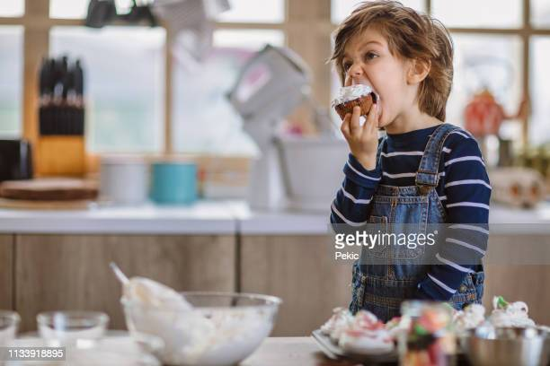 petits muffins d'anniversaire de dégustation de garçon - sucre photos et images de collection