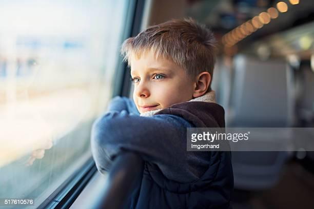 Kleine Jungen reisen mit dem Zug