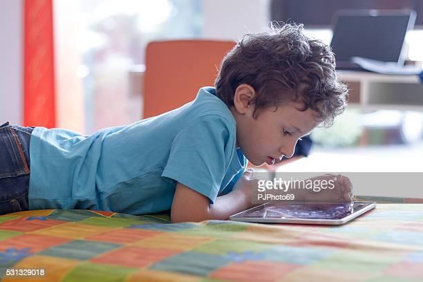 rapaz usando tablet digital - pjphoto69 imagens e fotografias de stock