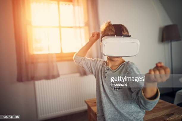 niño con casco de realidad virtual - último cuarto deportes fotografías e imágenes de stock