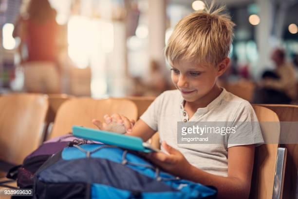kleiner junge am flughafen warten - kid in airport stock-fotos und bilder