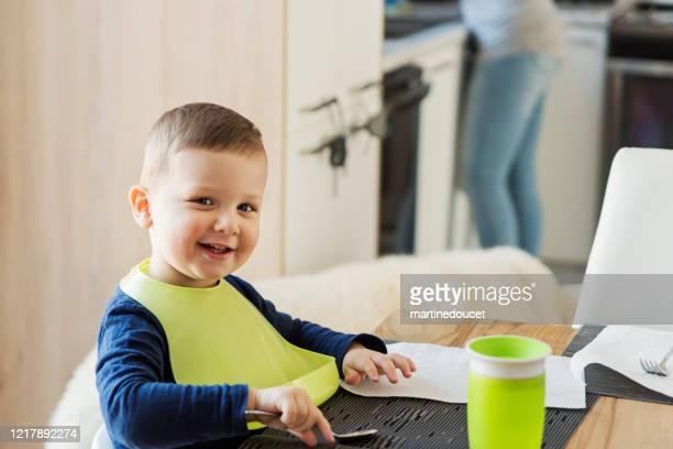 """kleiner junge wartet auf seinen teller zur mittagszeit. - """"martine doucet"""" or martinedoucet stock-fotos und bilder"""