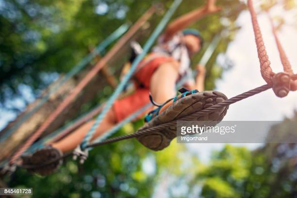 little boy walking on line during ropes course - coraggio foto e immagini stock