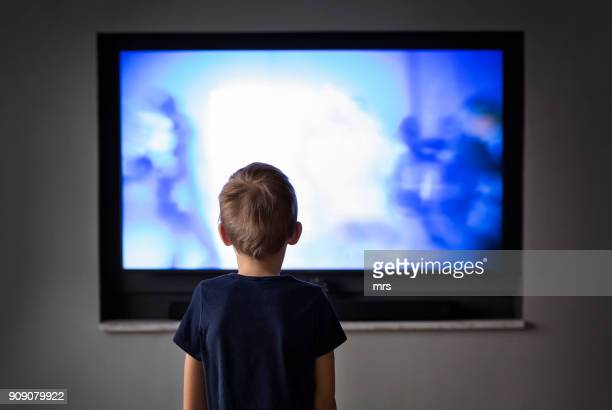 little boy watching tv - kanaal stockfoto's en -beelden