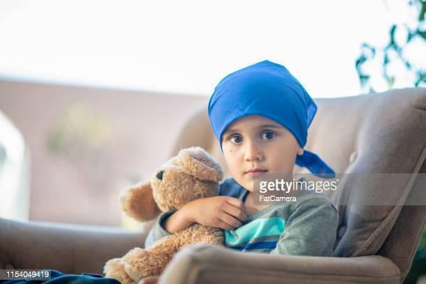 癌を持っている小さな男の子 - バンダナ ストックフォトと画像