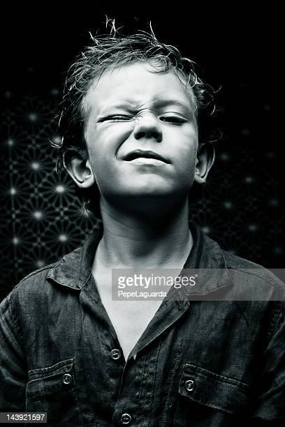Petit garçon Faire un clin d'oeil