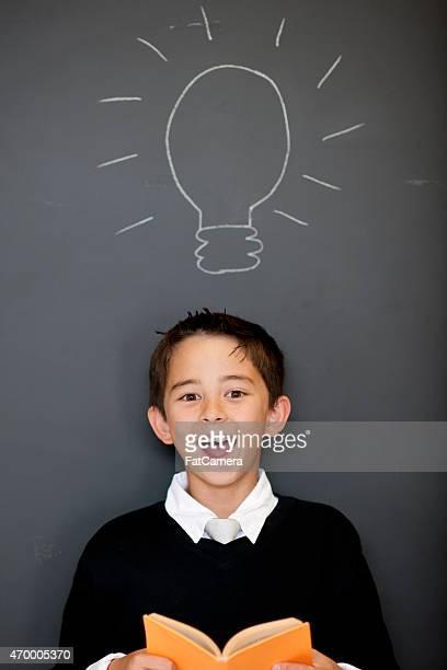 Petit garçon avec une idée lumineuse