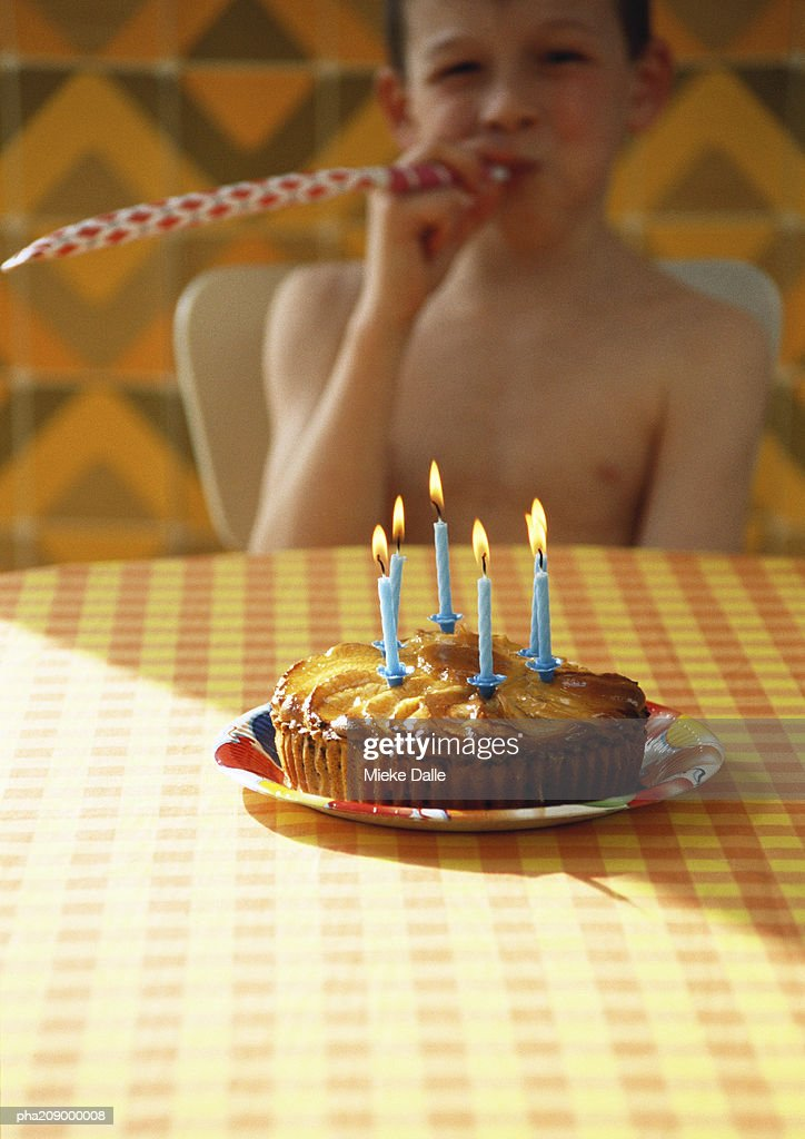 Little boy with birthday cake. : Stockfoto