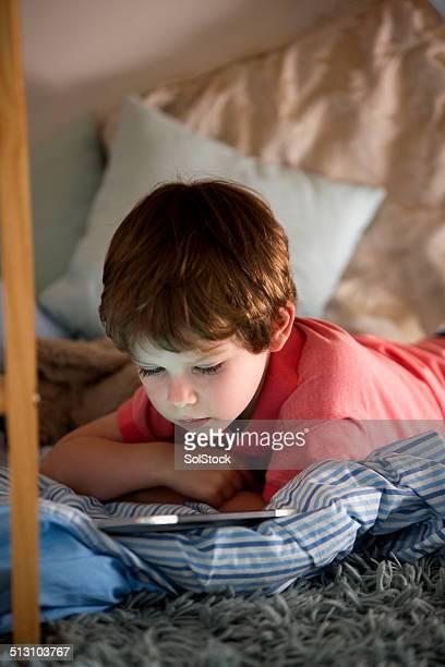 Little Boy con tableta Digital