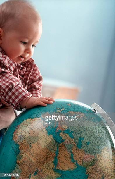 ragazzino con globe - mappamondo foto e immagini stock