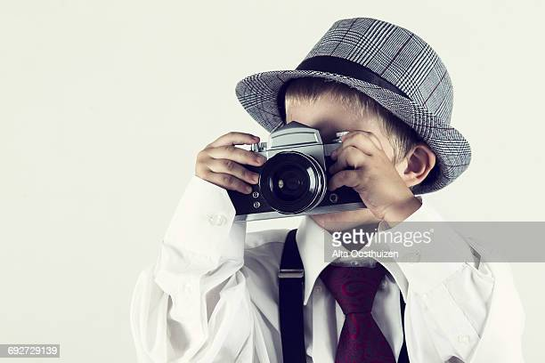 Little boy with hat taking pictures - Studio