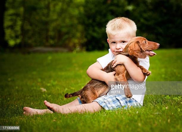 petit garçon avec son chiot - téckel photos et images de collection