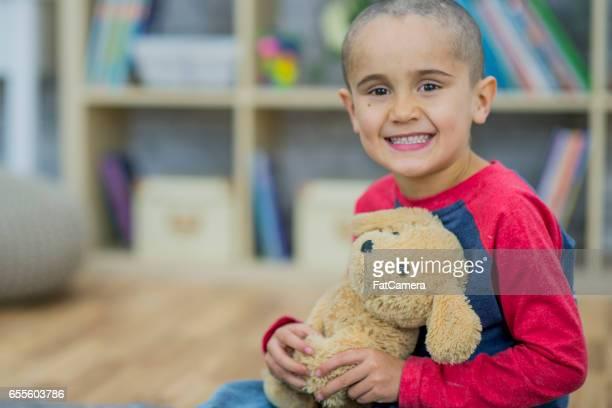 Niño pequeño con su osito de peluche