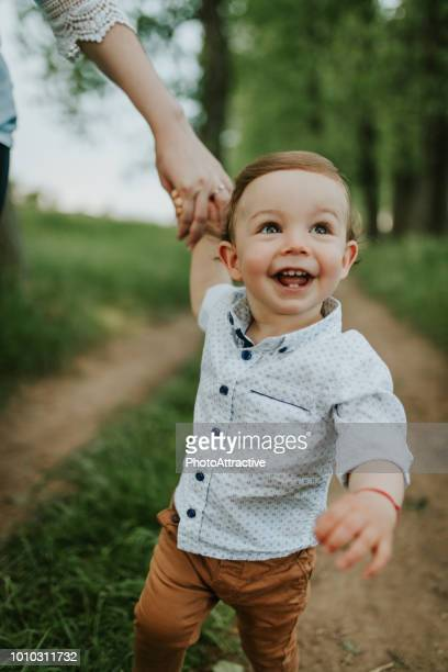 menino com sua mãe - primeiros passos - fotografias e filmes do acervo