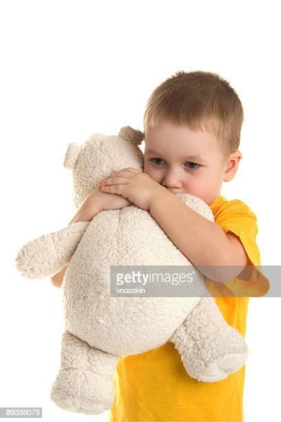Petit garçon avec un ours en peluche