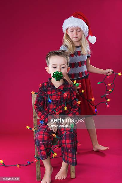 Petit garçon orné de lumières de Noël