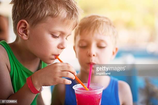 niños para beber refrescos con hielo molido en día de verano - linda pop fotografías e imágenes de stock