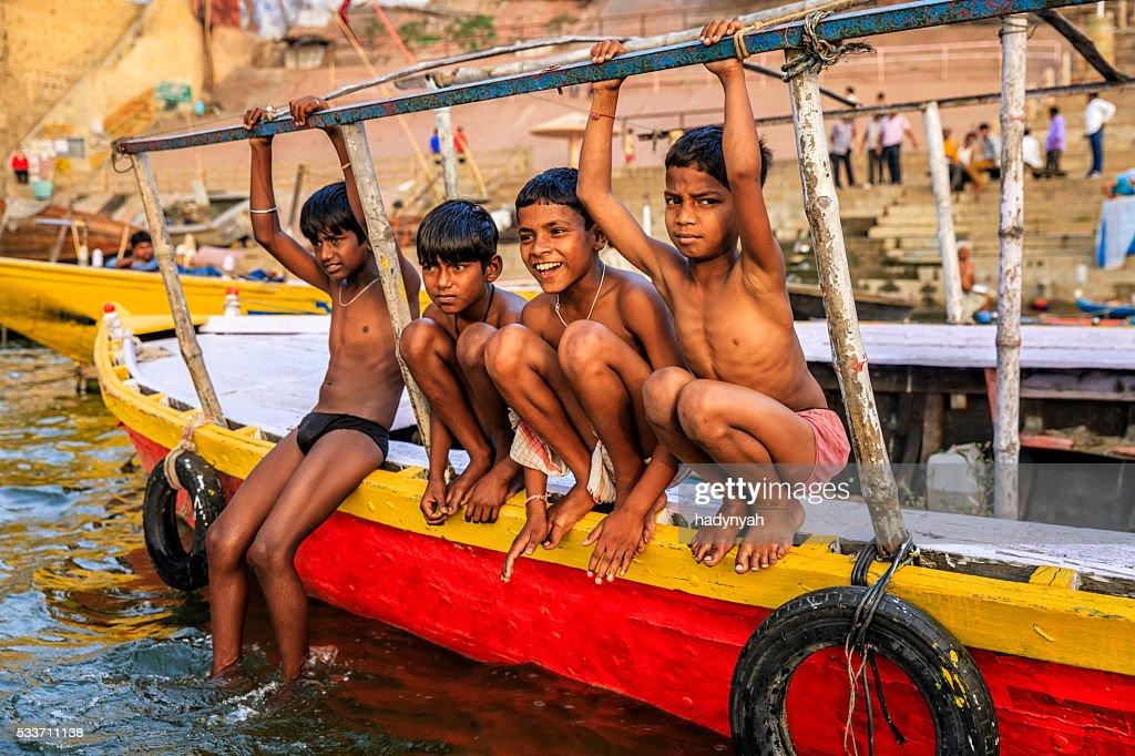 Piccoli ragazzi divertirsi nel Fiume Gange, Varanasi : Foto stock