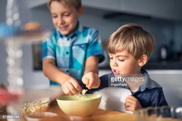 Kleine Jungs mit Popcorn auf Geburtstagsparty
