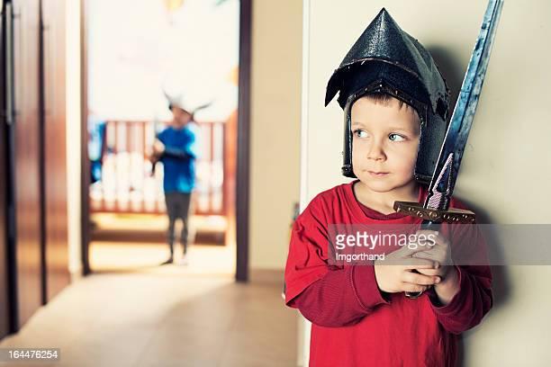 Kleine Jungen spielen knights