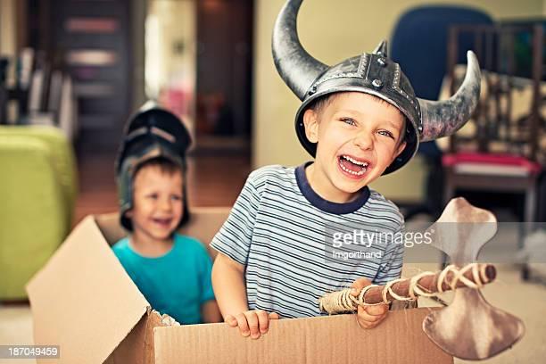 kleine jungen spielen vikings - wikinger stock-fotos und bilder