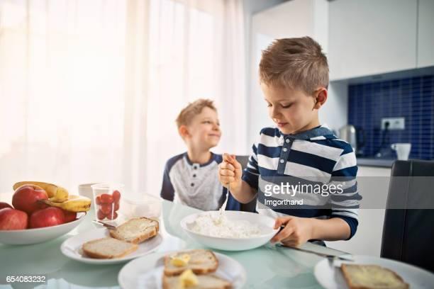 Petits garçons préparaient le petit déjeuner