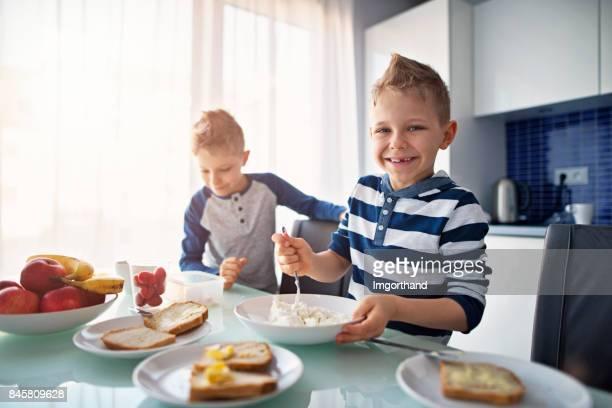 Niños preparando desayuno saludable