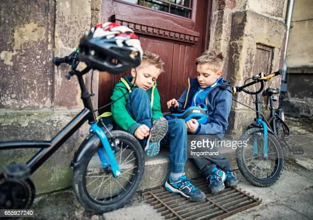 Jungen Fahrrad fahren wird vorbereitet
