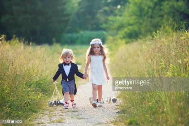 petite mariée et marié - cérémonie du mariage photos et images de collection