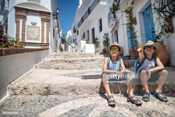 hermano pequeño de turistas turismo pueblo blanco en andalucía - malaga fotografías e imágenes de stock