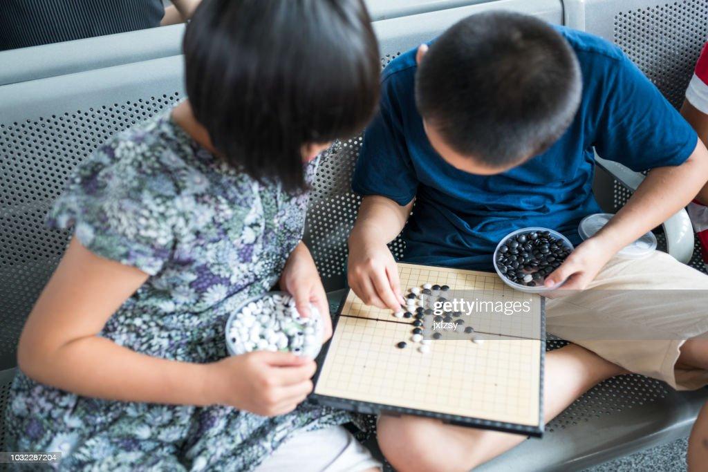 再生の妹と弟に行く出発部屋でゲーム : ストックフォト